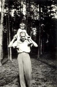Haneczka w roku 1940, na ramionach u ojca Juliusza w czasie pobytu w Stawisku u zaprzyjaźnionych Anny i Jarosława Iwaszkiewiczów (arch. rodzinne, wszelkie prawa zastrzeżone)
